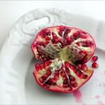 Granatapfel halbiert und geviertelt